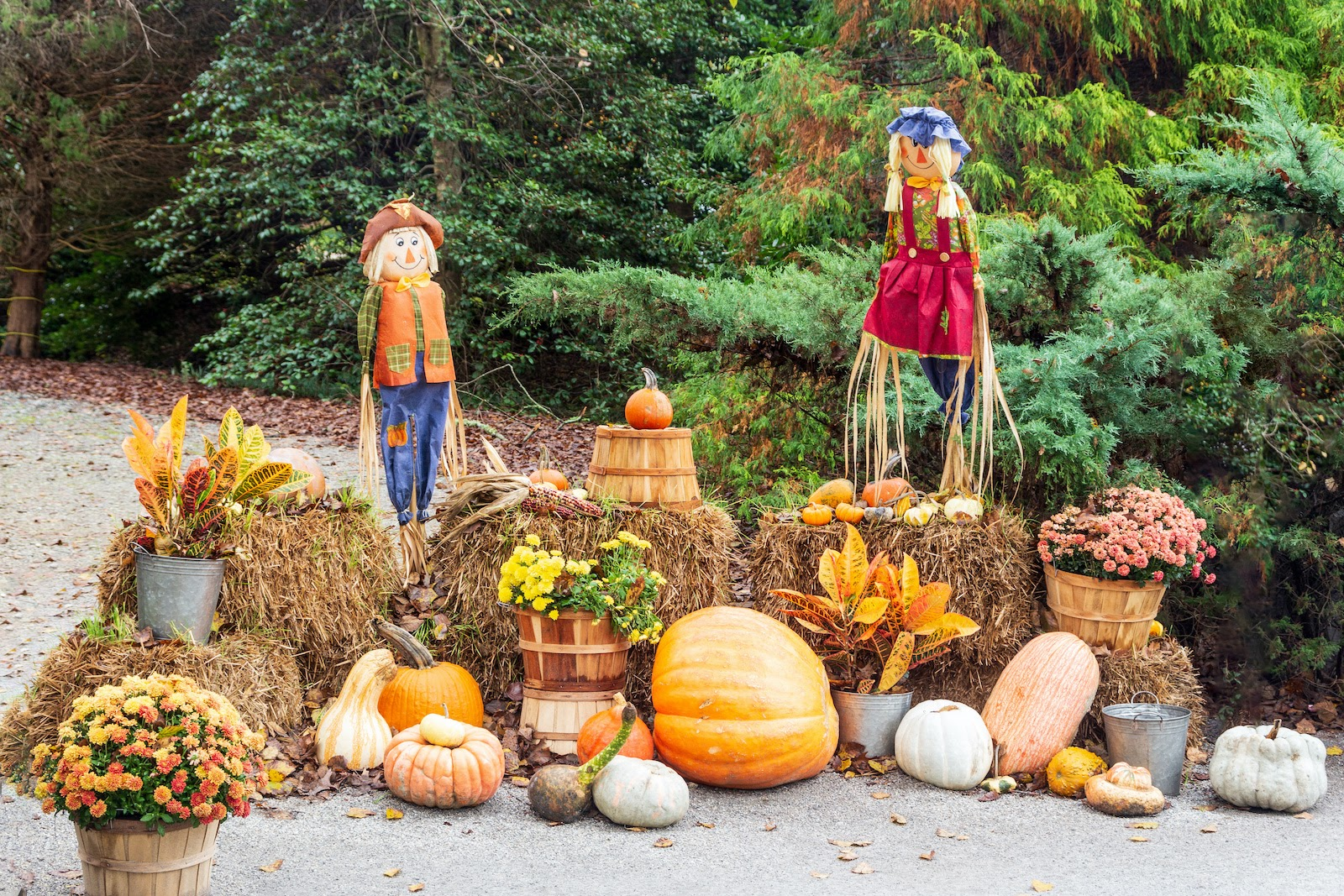 Outdoor harvest themed Thanksgiving decoration ideas.