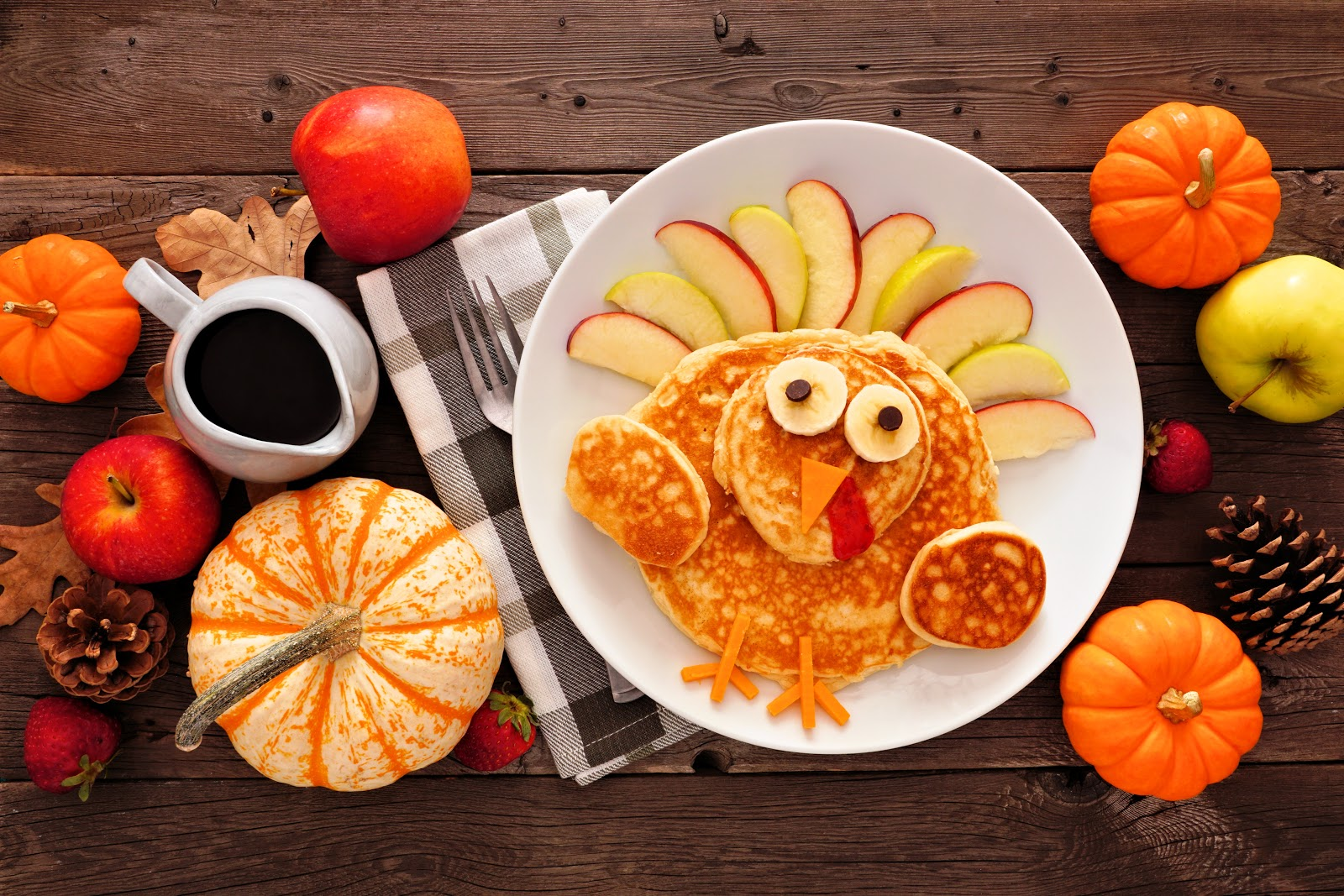 Non-traditional thanksgiving dinner ideas: Turkey-shaped pancakes with sliced apples