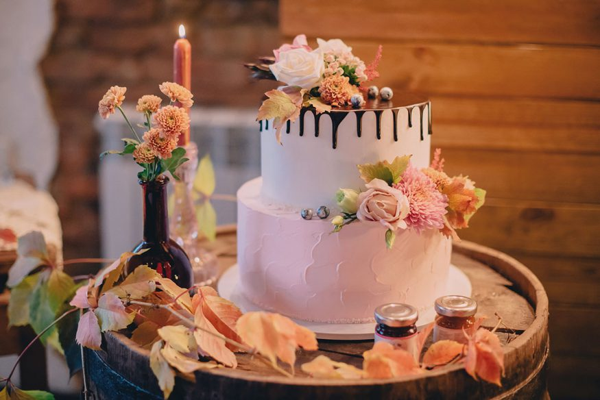 fall wedding decorations: autumn wedding cake