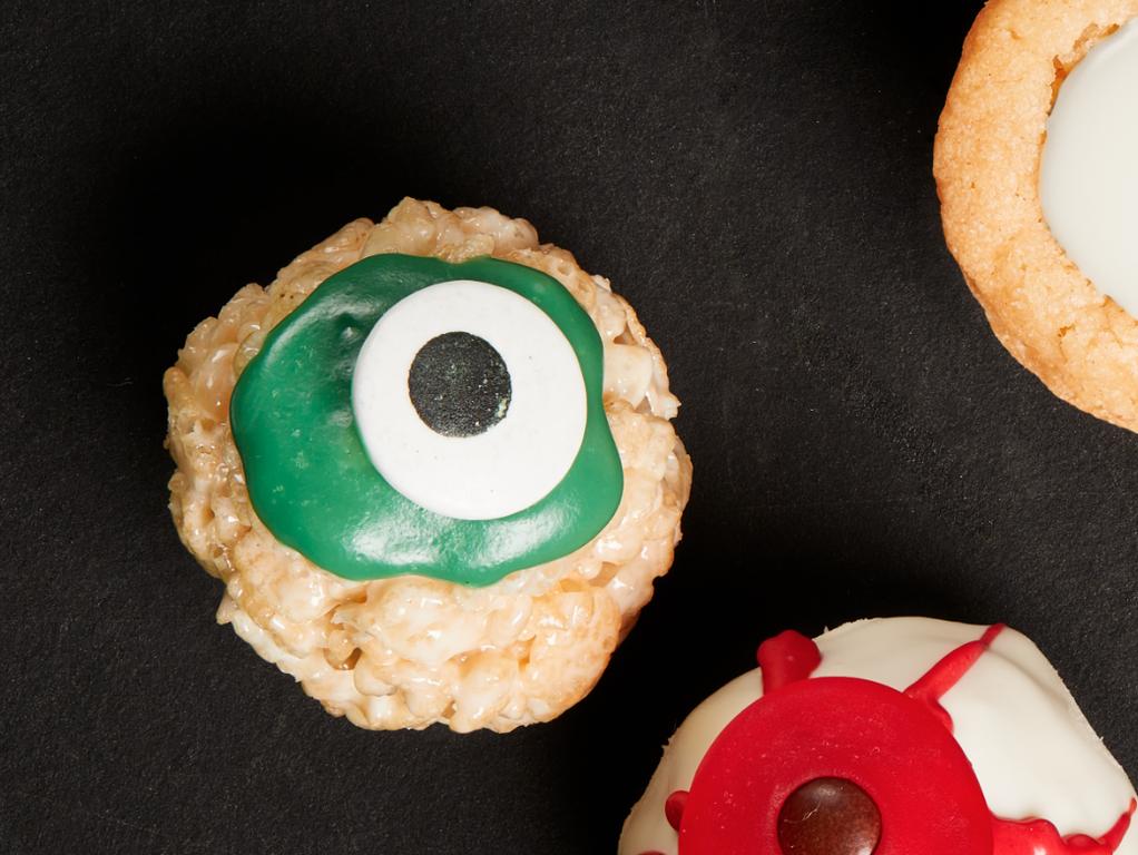 Halloween party food: cereal treat eyeballs