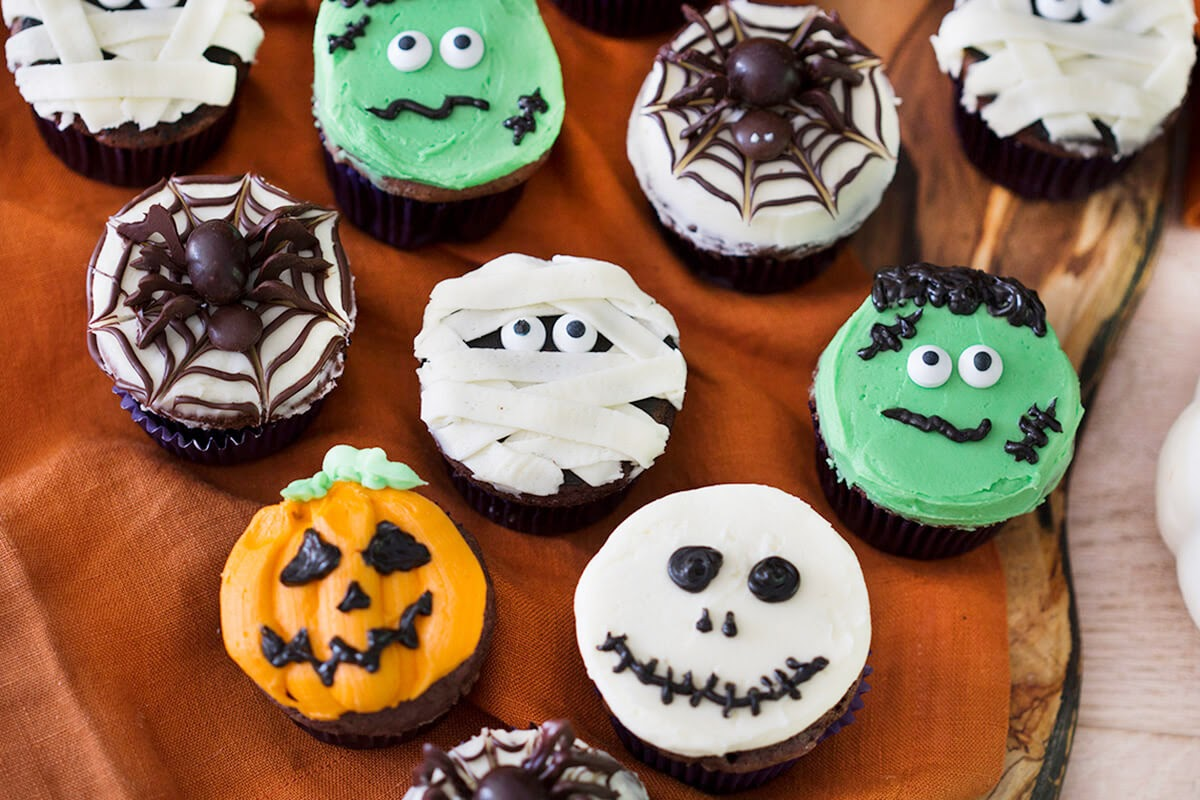 Halloween party food: decorated cupcakes