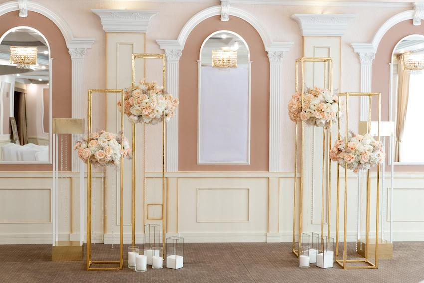 Wedding rehearsal: Hallway with flower stand and candles