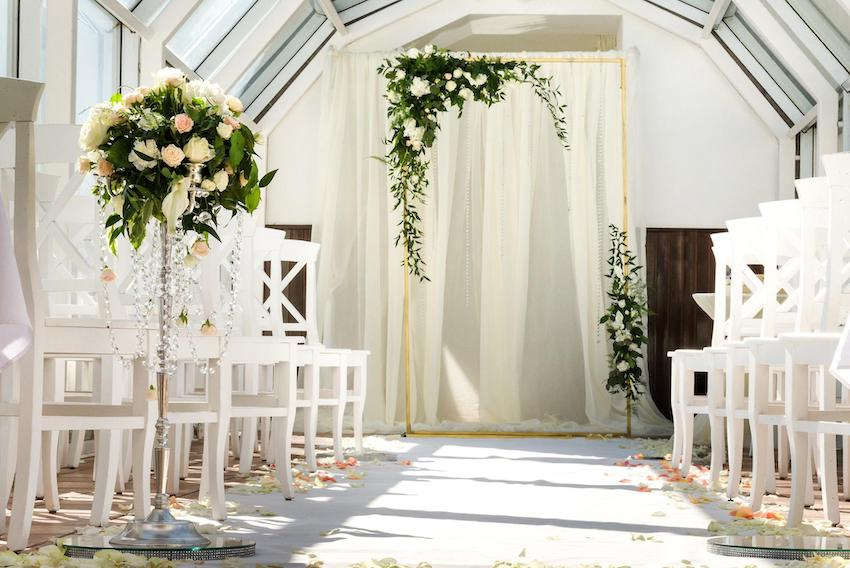 Wedding rehearsal: Aisle with white flowers and chairs