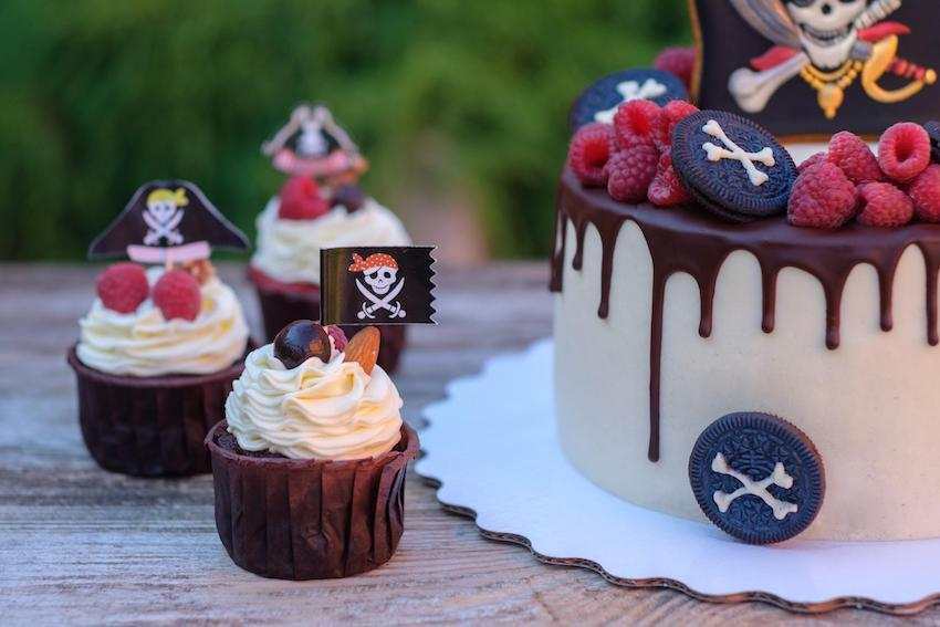 Pirate theme party: Pirate flag cake and cupcakes