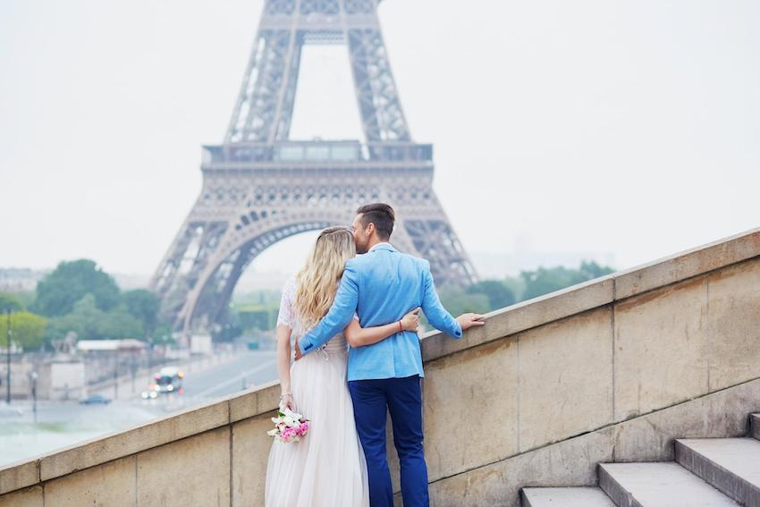Elopement ideas: Couple looking at the Eiffel tower